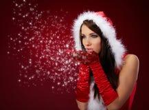 Reizvolles Mädchen, das Weihnachtsmann-Kleidung trägt Stockfotografie