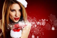Reizvolles Mädchen, das Weihnachtsmann-Kleidung trägt Lizenzfreies Stockbild