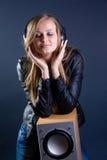 Reizvolles Mädchen in den Kopfhörern Lizenzfreie Stockfotos