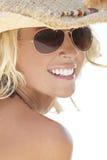 Reizvolles Mädchen in den Sonnenbrillen u. im Stroh-Cowboyhut Lizenzfreie Stockfotografie