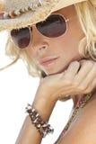 Reizvolles Mädchen in den Sonnenbrillen u. im Stroh-Cowboyhut Lizenzfreie Stockbilder