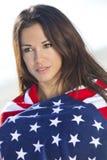Reizvolles Mädchen in den Sternen u. in der Streifen-amerikanischen Flagge Lizenzfreie Stockbilder