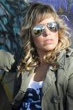 Reizvolles Mädchen in der Graffitiwand Stockfoto