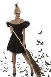 Reizvolles Mädchen in der Halloween-Klage mit Besen Stockfoto