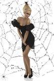 Reizvolles Mädchen in der Halloween-Klage mit den geöffneten Armen Lizenzfreies Stockbild