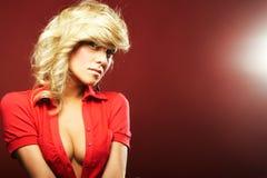 Reizvolles Mädchen in der roten Bluse stockfoto