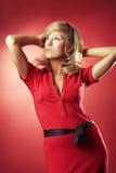 Reizvolles Mädchen in der roten Bluse lizenzfreie stockbilder