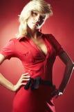 Reizvolles Mädchen in der roten Bluse lizenzfreie stockfotografie