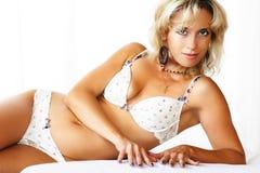 Reizvolles Mädchen in der Unterwäsche Stockfotografie