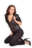 Reizvolles Mädchen in einer schwarzen Lederjacke Stockfotos