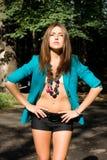 Reizvolles Mädchen im blauen Mantel stockfotos