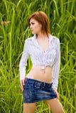 Reizvolles Mädchen im Gras Lizenzfreies Stockbild