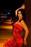 Reizvolles Mädchen im roten Kleid auf Piernacht stockfoto