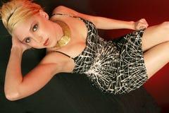Reizvolles Mädchen im Schwarzweiss-Kleid Lizenzfreies Stockbild