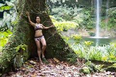 Reizvolles Mädchen mit Bikini im Wald Stockfotografie