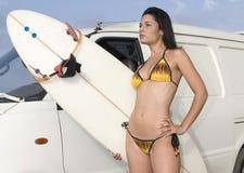 Reizvolles Mädchen mit Bikini und Surfbrett lizenzfreie stockfotografie