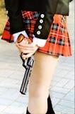 Reizvolles Mädchen mit Gewehr. stockbild