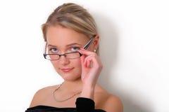 Reizvolles Mädchen mit Gläsern lizenzfreie stockfotos