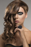 Reizvolles Mädchen mit kreativer Frisur, Stockbild