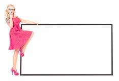 Reizvolles Mädchen mit leerem Vorstand stockfoto