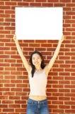 Reizvolles Mädchen mit Plakat Lizenzfreies Stockbild