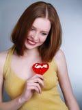 Reizvolles Mädchen mit rotem Lutscher Lizenzfreies Stockbild