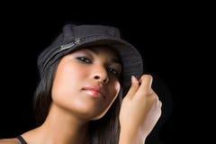 Reizvolles Mädchen mit Schutzkappe lizenzfreie stockbilder