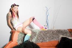 Reizvolles Mädchen mit Tätowierungen stockfoto