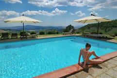 Reizvolles Mädchen nahe blauem Pool Lizenzfreie Stockfotos