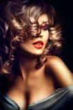 Reizvolles Mädchen Schönheitsmodell über dunklem Hintergrund Lizenzfreies Stockbild