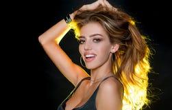 Reizvolles M?dchen Sch?nheit und Mode Modischer Blick Sinnliche Frau Make-up und Frisur Langes gesundes Haar Gl?ckliche Frau mit stockfotografie