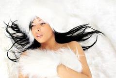 Reizvolles Mädchen über weißem Pelz Lizenzfreie Stockfotos