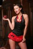 Reizvolles pinup Mädchen mit rotem Rock und Frisur lizenzfreies stockfoto