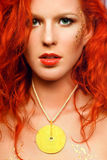 Reizvolles Redheadmädchen mit einer ungewöhnlichen Verfassung und ein NEC Lizenzfreie Stockbilder