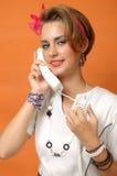 Reizvolles Retro- Mädchen mit Telefon Lizenzfreies Stockfoto