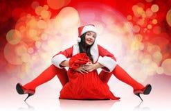 Reizvolles Sankt-rotes Mädchen mit einem Beutel Stockfoto