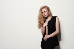 Reizvolles schönes Mädchen Art und Weiseart junge blonde Frau nahe der Wand Stockfotos