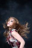Reizvolles schmutzig-blondes mit dem wilden Haar Stockfotos