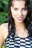 Reizvolles Sommermädchen im Regen Stockfotografie
