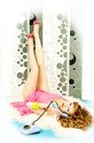Reizvolles verlockendes red-haired Mädchen mit dem Telefon Stockbilder