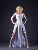 Reizvolles weißes Art und Weisetuch der Frauenabnutzung Stockfotos