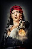 Reizvolles weibliches Piratenschießen von der Gewehr Stockfoto