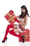 Reizvolles Weihnachtsmädchen, das einen großen Geschenkkasten anhält Lizenzfreie Stockfotos