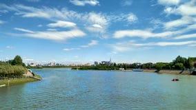 Reja de arado urbana, ciudad y cielo nublado imagen de archivo