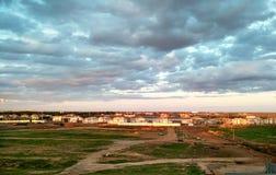 Reja de arado urbana, ciudad y cielo nublado fotografía de archivo