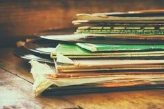 Rejestry brogują z rejestrem na wierzchołku nad drewnianym stołem Rocznik filtrujący obraz stock