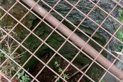 Rejilla de acero en el castillo bien en ruinas del castillo de Tempelstein adentro Fotos de archivo