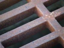 Rejilla de la alcantarilla (precipitación excesiva) Imagen de archivo