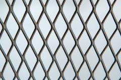 Rejilla de la malla metálica o del aluminio con el modelo regular Fotografía de archivo