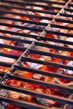 Rejilla del arrabio y carbón de leña que brilla intensamente Fotos de archivo libres de regalías